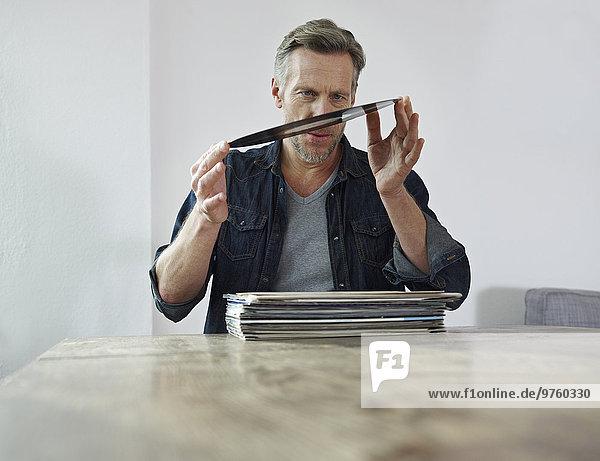 Der reife Mann untersucht alte Schallplatten Der reife Mann untersucht alte Schallplatten