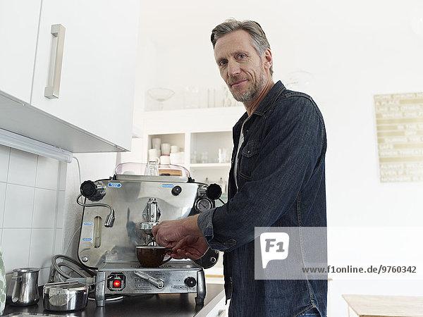 Der reife Mann bereitet Espresso mit Espressomaschine zu. Der reife Mann bereitet Espresso mit Espressomaschine zu.
