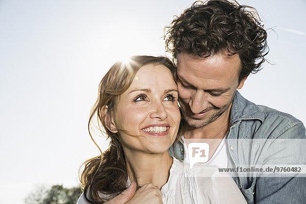 Glückliches Paar im Gegenlicht