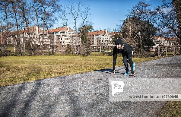 Spanien  Gijon  Läufer in Startposition im Park