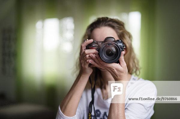 Frau fotografiert mit der Kamera