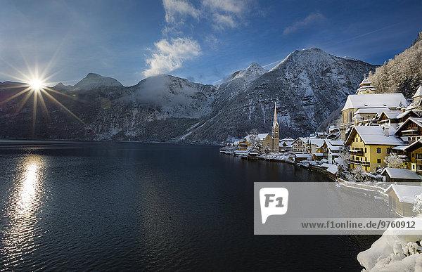 Österreich  Salzkammergut  Blick auf Hallstatt und Dachstein über den Hallstätter See bei Sonnenaufgang im Winter