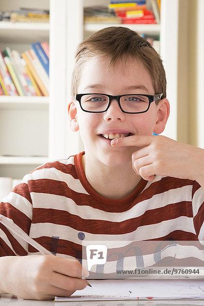 Porträt eines lächelnden Jungen mit Brille