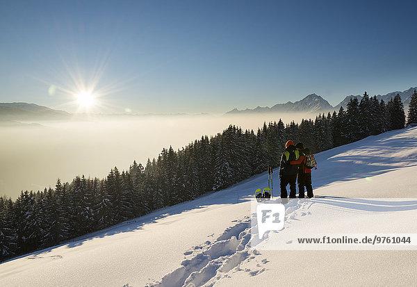 Österreich  Tirol  Schwaz  Paar mit Schneeschuhen im Blickfeld