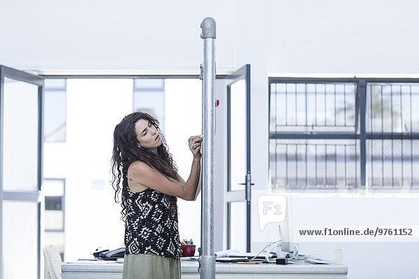Kreative Bürofrau beim Schreiben auf einer Tafel