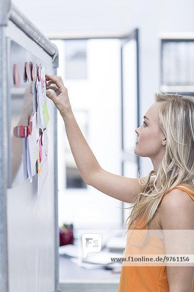 Kreative Bürofrau am Whiteboard