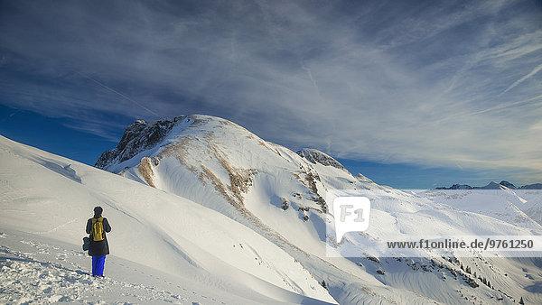 Deutschland  Allgäu  Frau betrachtet Bergpanorama mit Nebelhorn und Zweigersattel
