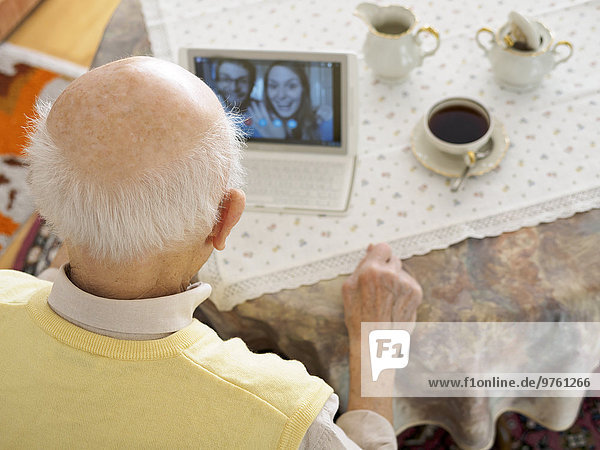 Großvater Videokonferenz mit Enkelkindern über digitales Tablett