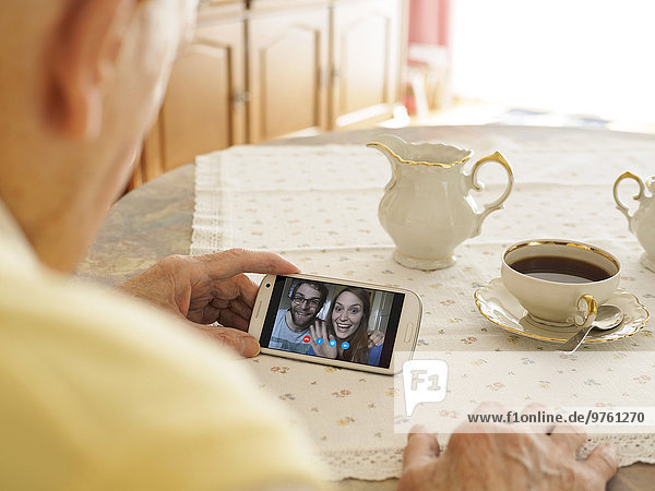 Großvater Videokonferenz mit Enkelkindern via Smartphone