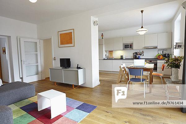 Innenraum des Wohnzimmers mit offener Küche