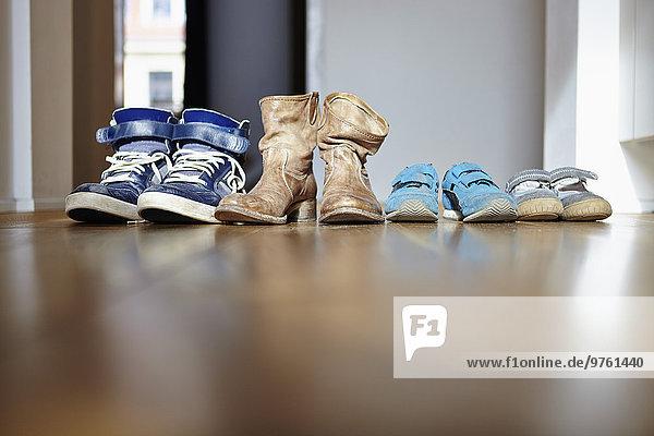 Schuhreihe einer Familie