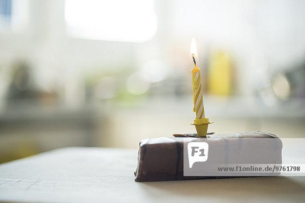 Geburtstagskerze auf Schokoladenkuchen