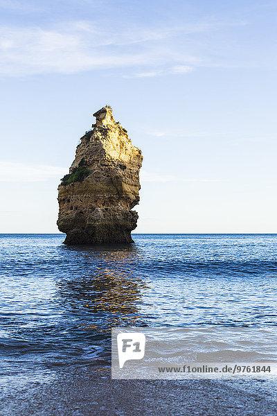 Portugal  Algarve  Praia da Marinha  Felsnadel im Meer