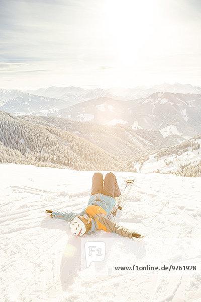 Österreich  Salzburger Land  Region Hochkönig  Skifahrerin im Schnee liegend