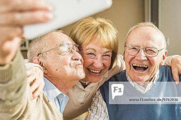 Fröhliche Senioren mit Selbstbewusstsein