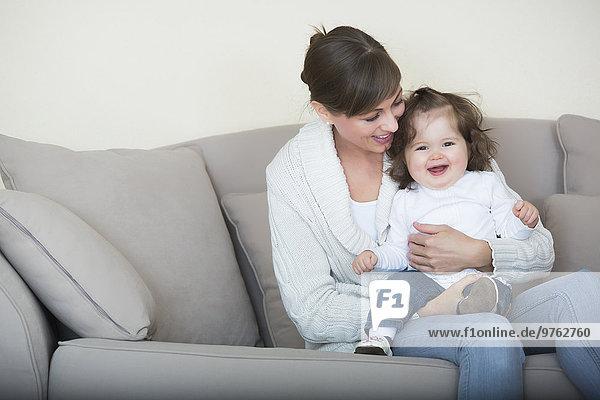 Frau mit ihrer Tochter auf der Couch