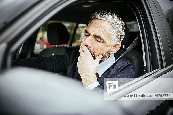 Müde Mann fährt Auto