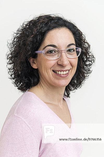 Lächelnde dunkelhaarige Frau mit Brille  Porträt