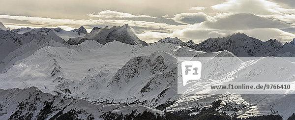 Schneebedeckte Berge in den Alpen  Innsbruck  Tirol  Österreich