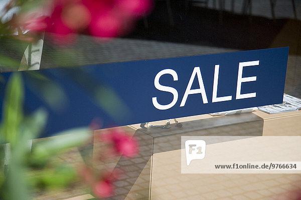 Wort Sale auf Schaufensterscheibe