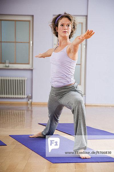Frau in Yogahaltung