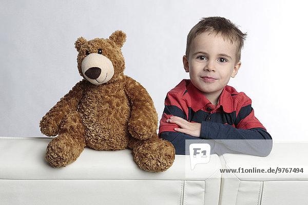 Junge mit Teddybär  Porträt