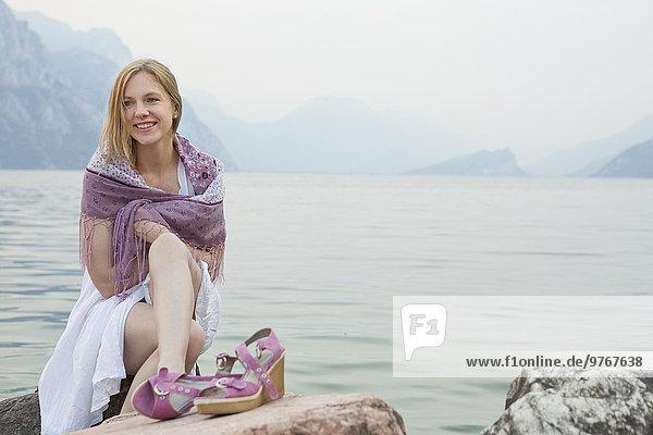 Lächelnde Frau am Gardasee  Italien