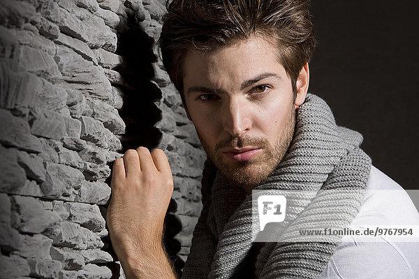 Attraktiver junger Mann mit Schal