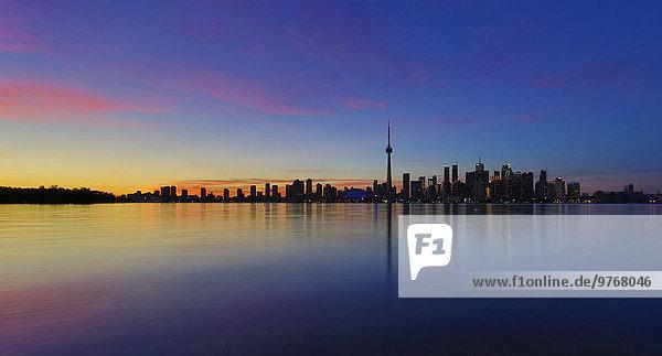 Skyline von Toronto bei Dämmerung  Kanada