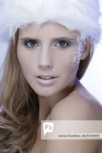 Attraktive junge Frau mit Pelzmütze  Porträt