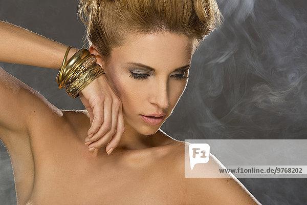 junge Frau junge Frauen Rauch umgeben Kleidung