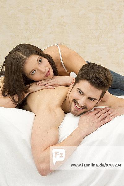 Zärtliches Paar im Bett