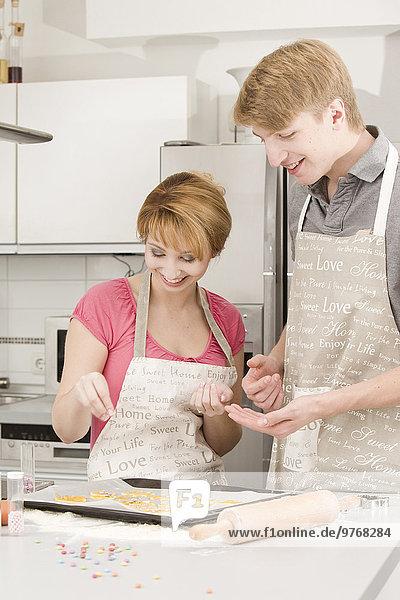 Junges Paar backt in der Küche