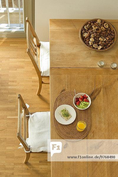 Gesundes Essen auf einem Holztisch