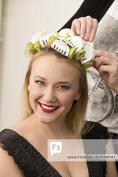 Junge Frau mit Lockenwicklern im Haar  Portrait