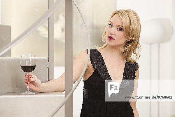 Elegante junge Frau mit einem Glas Rotwein  Portrait