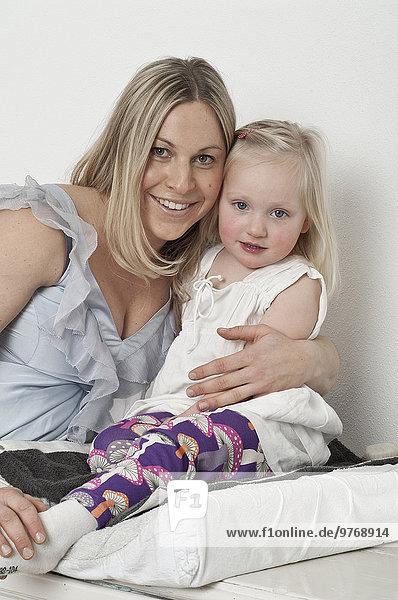 Glückliche schwangere Mutter mit Tochter