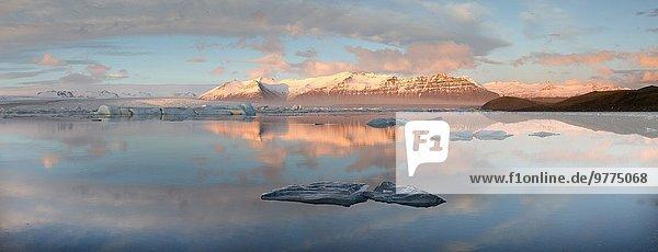 Nationalpark Panorama Wasser Berg Winter Ecke Ecken Ruhe baden Beleuchtung Licht spät Eisberg Vatnajökull Ansicht Nachmittag Eis bedecken Island Jökulsárlón Lagune Schnee
