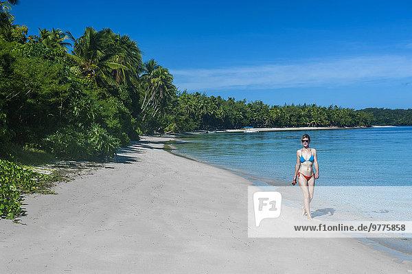 Frau gehen Strand weiß Sand Pazifischer Ozean Pazifik Stiller Ozean Großer Ozean Fiji