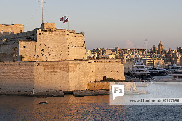 Fort St. Angelo  fishing boat and Vittoriosa (Birgu) at sunset  Grand Harbour  Valletta  Malta  Mediterranean  Europe