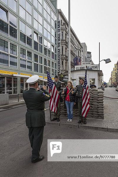 Berlin Hauptstadt Europa Fotografie nehmen Tourist Wachmann Schauspieler Grenze Checkpoint Charlie Deutschland