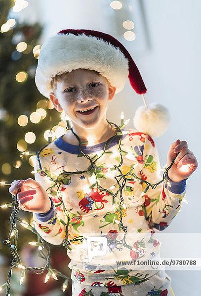 Portrait Junge - Person halten Beleuchtung Licht Weihnachten