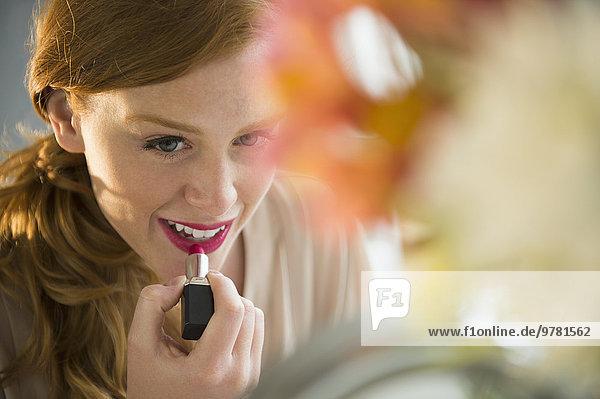 junge Frau junge Frauen eincremen verteilen Lippenstift auftragen