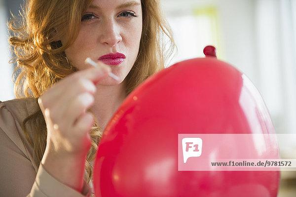 junge Frau junge Frauen Portrait Luftballon Ballon Knall