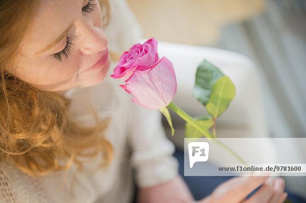 junge Frau junge Frauen stinken Rose riechen