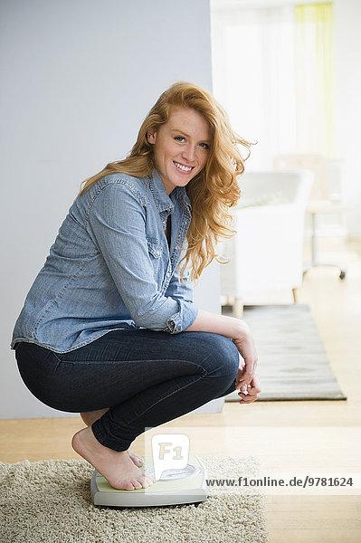 Waage - Messgerät hocken - Mensch Portrait Frau Gewicht