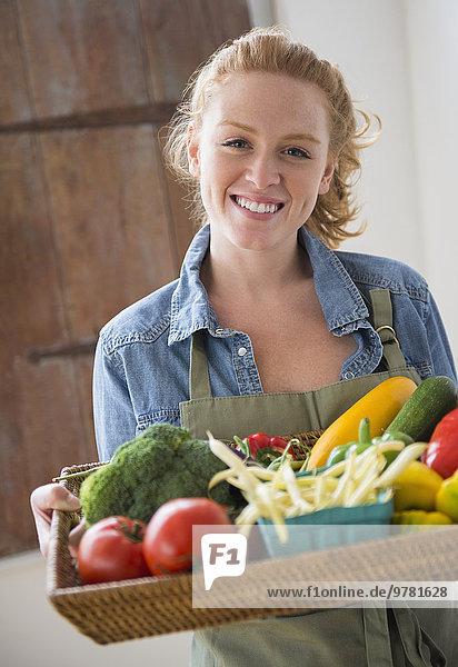 junge Frau junge Frauen Portrait Gemüse halten