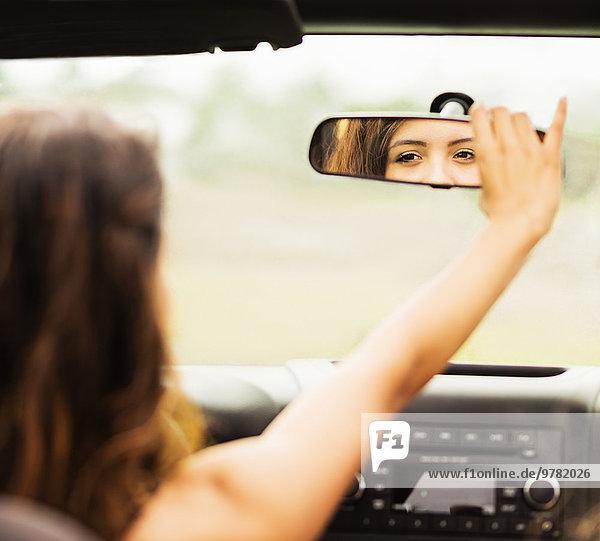 junge Frau junge Frauen Spiegelung Rückansicht Ansicht Spiegel