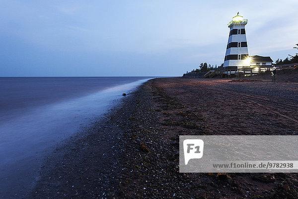 leer beleuchtet Strand Leuchtturm