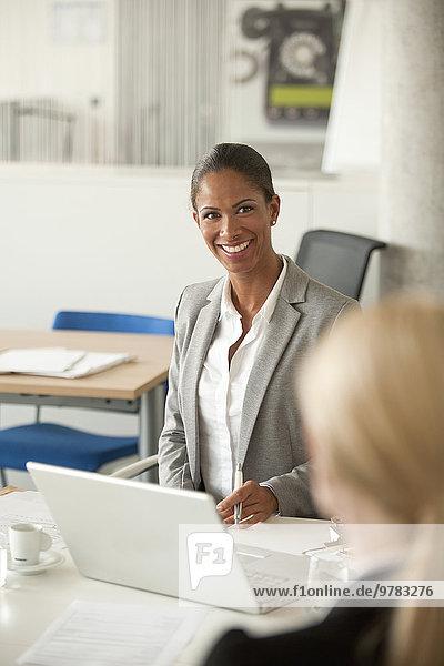 Geschäftsfrauen beim Treffen